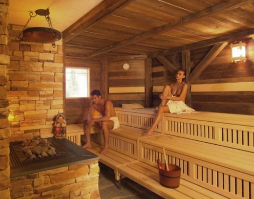 На фото показана баня с финской печью
