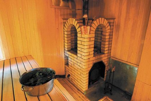 На снимке печь с закрытой каменкой для бани