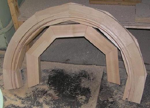 На снимке пример арочного деревянного окна