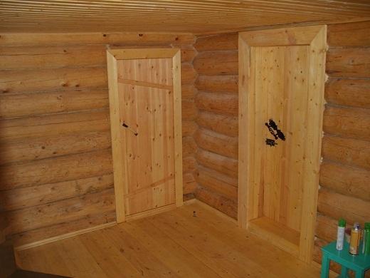 На фото деревянные двери в баню