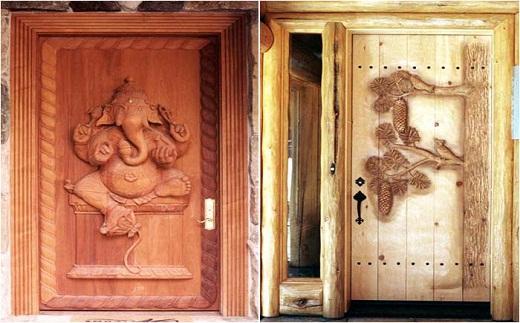 На фото представлены сплошные деревянные двери в баню с декоративным рисунком