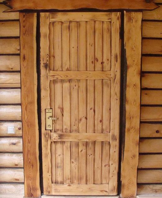 Деревянная дверь в баню из лиственницы на фото