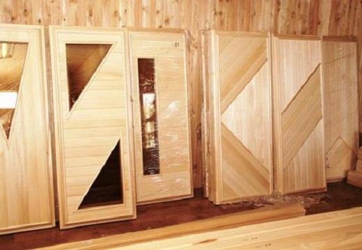 На фото двери в баню со стеклянными вставками