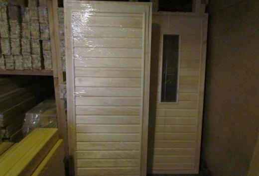 На снимке готовые двери из осины