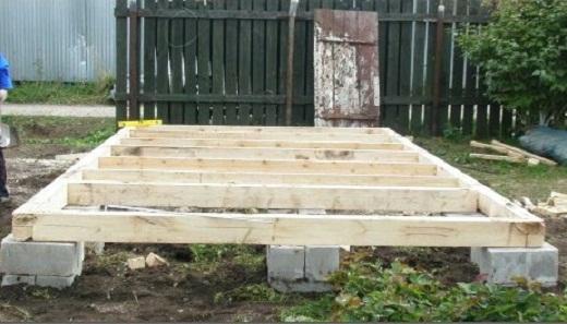 На снимке столбчатый фундамент из блоков для бани