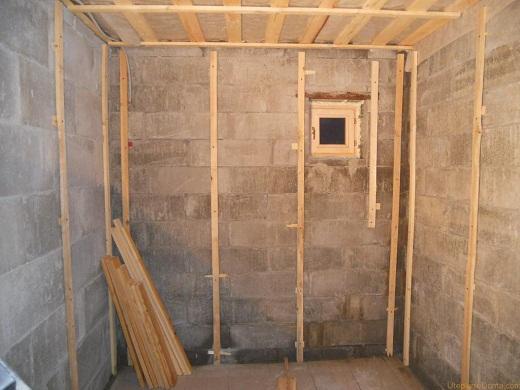 Сооружение каркаса в бане из блоков для дальнейшего крепления утеплителя на фото