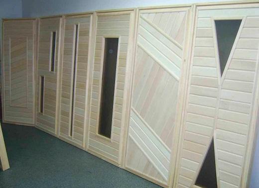 На фото представлены примеры комбинированных дверей в баню