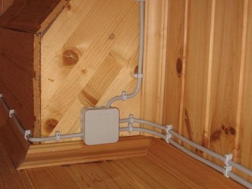 На фото пример монтажа электропроводки в бане