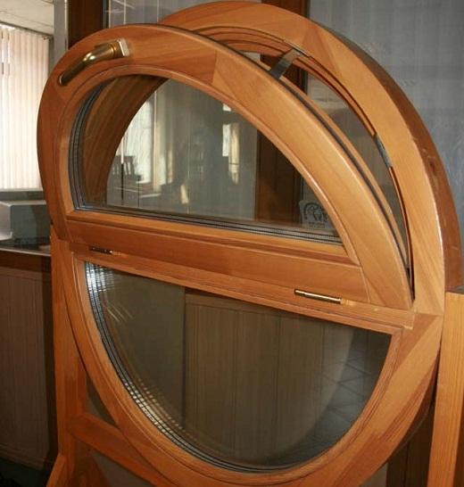 На снимке пример необычного дизайна окна для бани