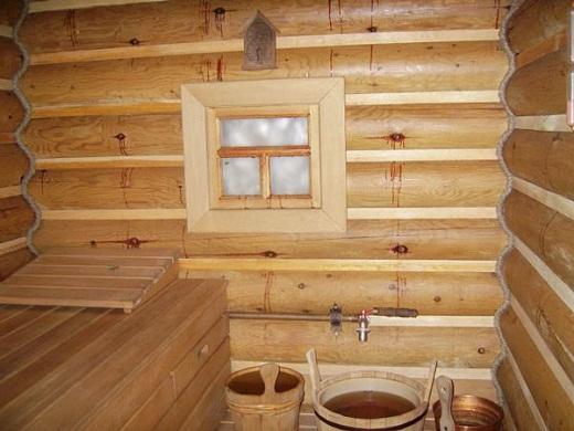 На снимке пример бани с деревянным окном