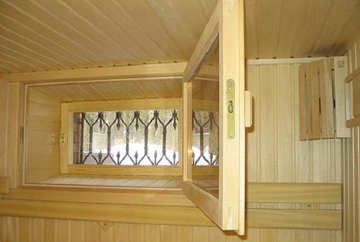 На фото деревянное окно в бане