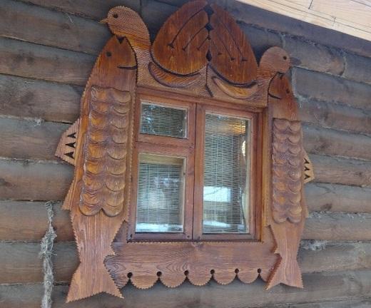 На снимке деревянное окно под старину с орнаментом