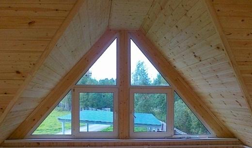 Треугольное окно в бане на фото