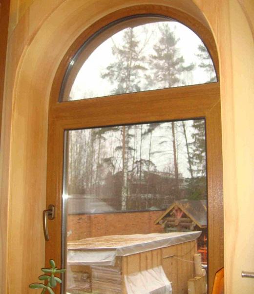 На фото окно для бани в виде арки