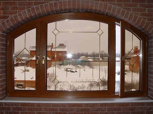 Окно в виде арки на снимке