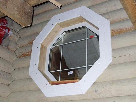 Оригинальная форма окна для бани на снимке