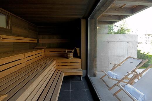 На фото панорамное окно во всю стену в бане