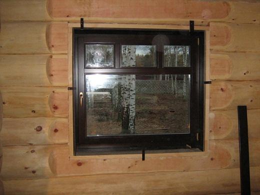 На снимке пример стандартного пластикового окна в бане