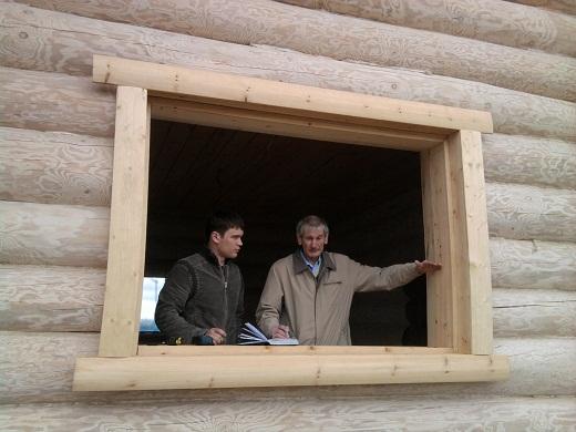Подготовка к установке ПВХ-окна в сруб на фото