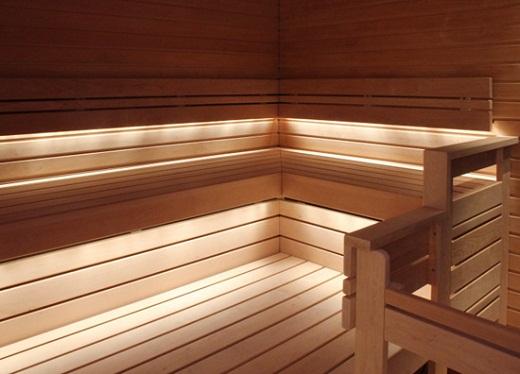 На снимке пример  освещения в парной с подсветкой полок