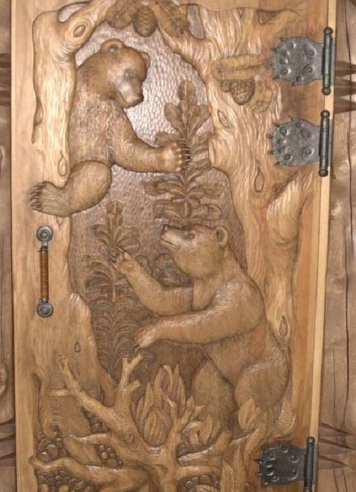 На снимке деревянная дверь с резьбой