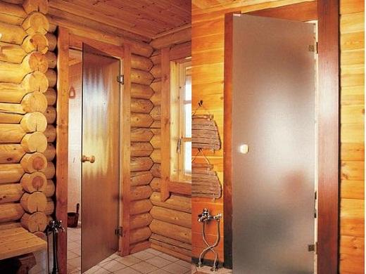 На снимке цельностеклянные двери в баню