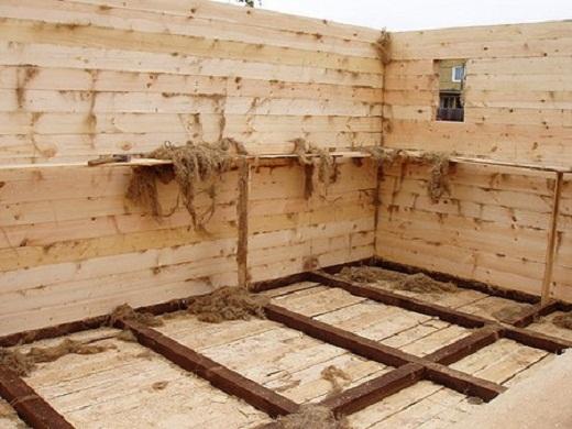 На фото пример утепления бани натуральным материалом во время строительства сруба