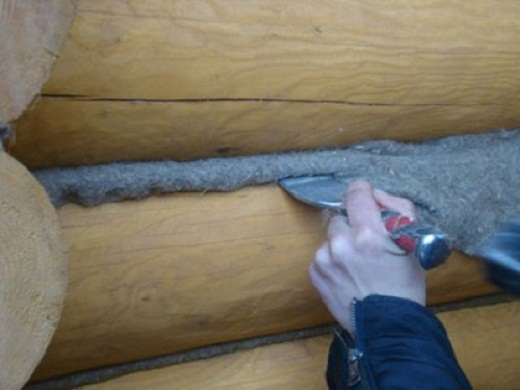 На фото пример утепления стен деревянной бани