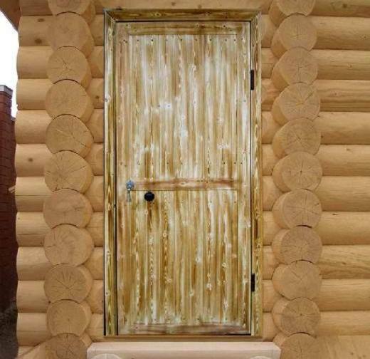 На фото металлическая входная дверь в баню