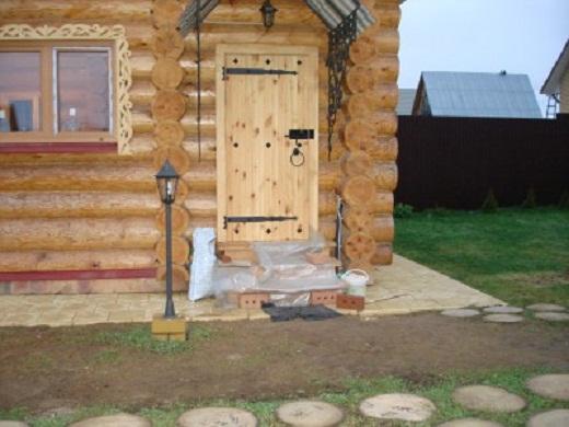 Входная деревянная дверь в русскую баню на фото
