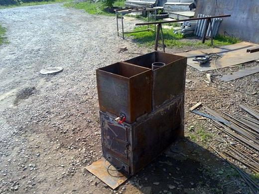 На фото самодельная железная печь буржуйка с водонагревательным баком и каменкой