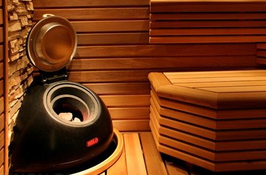 Пример угловой печи в бане на снимке