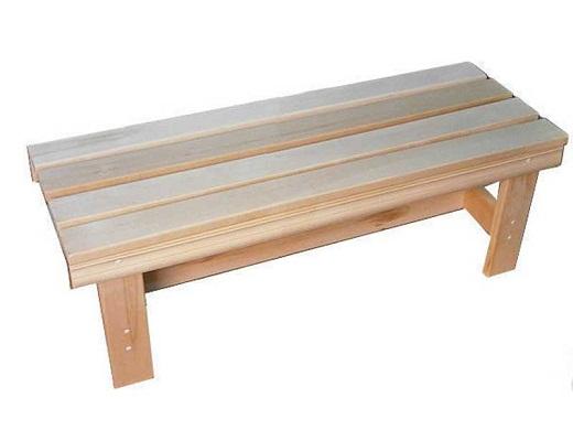 На фото представлена простая деревянная лавка для бани