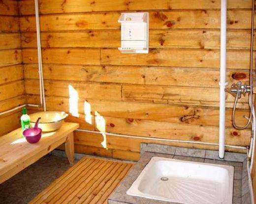 На снимке моечная в бане со сливом