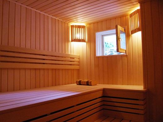Проветривание бани при помощи открытого окна на фото