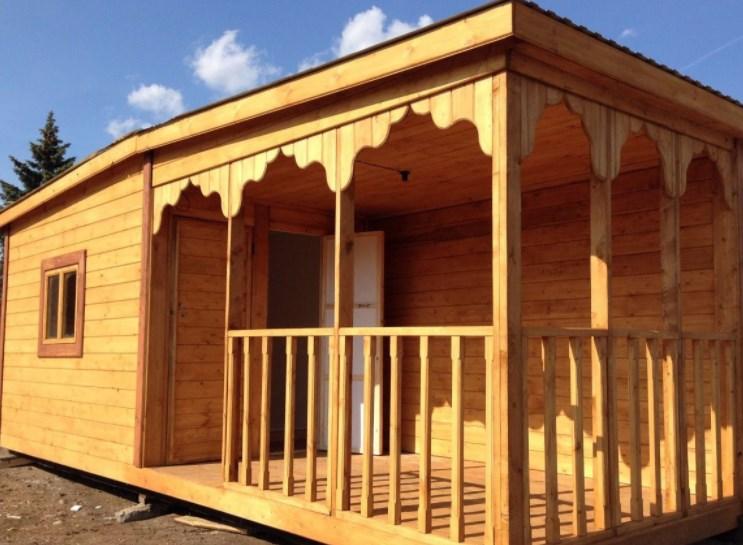 Деревянная дачная бытовка – оптимальный вариант для загородного дома
